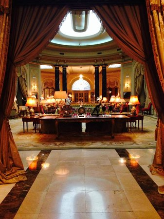 El Palace Hotel: The grand lobby area.
