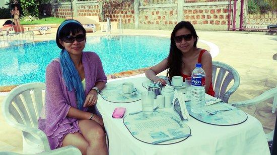 Hacienda De Goa Resort: Having breakfast next to the pool