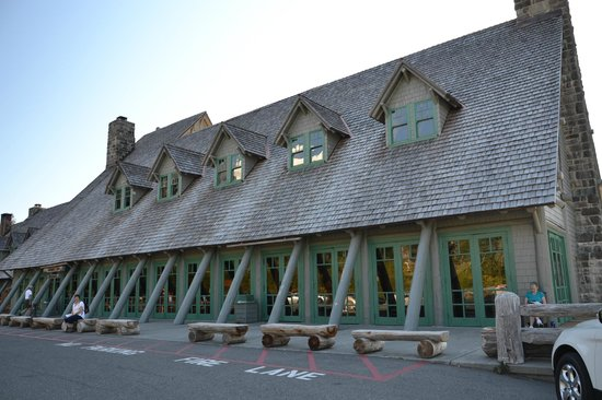 Paradise Inn at Mount Rainier: Front view