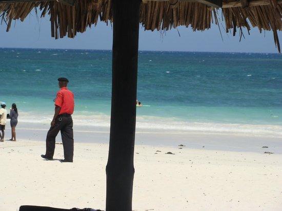 Southern Palms Beach Resort : Hotelbetjent patruljere hele døgnet rundt -betryggende