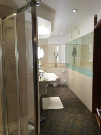 Hilton Cardiff: Bathroom King Presidential Suite