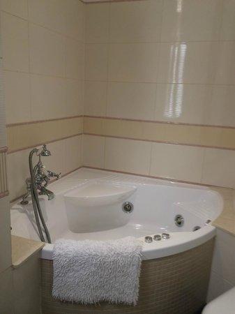 Hilton Cardiff: Whirlpool Bath King Presidential Suite
