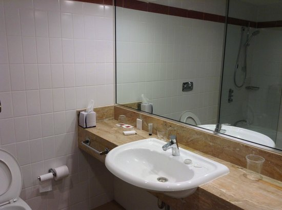 Rendezvous Hotel Perth Scarborough : Nice Modern Bathroom