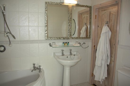 Seasons Lodge: Suite Bathroom