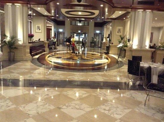 Movenpick Hotel & Apartments Bur Dubai : the entrance