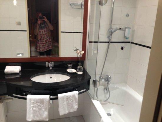 Hotel Das Tyrol: Luxury bathroom