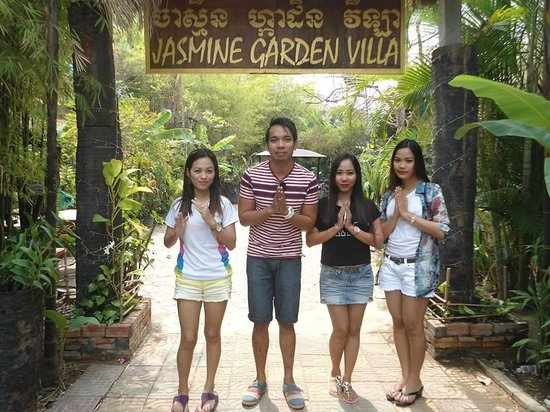 Jasmine Garden Villa: my travelmates saying thank you for the superb service jasmine!