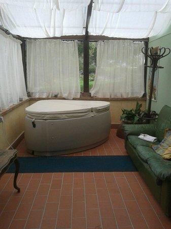 Villa di Capovento: Veranda con vasca idromassaggio collegata alla camera!