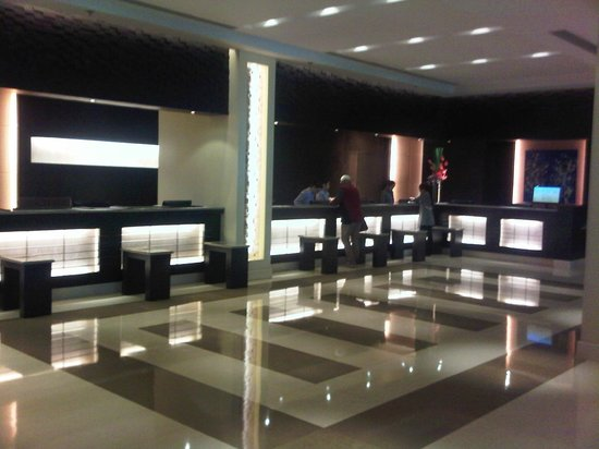 Waterfront Cebu City Hotel & Casino: Reception desk