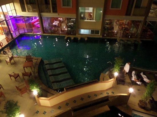 Bauman Residence : Вид из номера на бассейн вечером