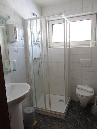 bagno con doccia e finestra  foto di hotel sonnenheim, bad, Disegni interni