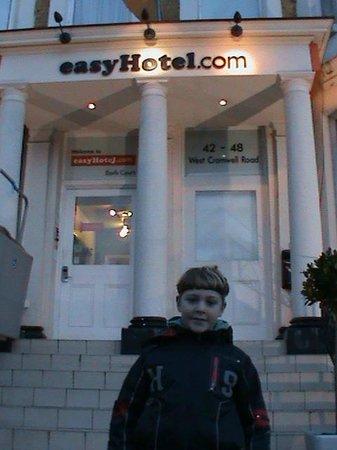easyHotel London Earls Court: HOTEL ENTRANCE