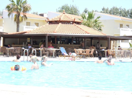 Cephalonia Palace Hotel: pool bar with covered seating area
