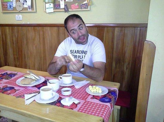 Mama Simona Hostel : Desayunando a las 7 am