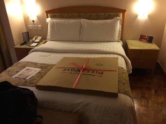 City Garden Hotel Makati: Queen Size Bed ( pizza not included)