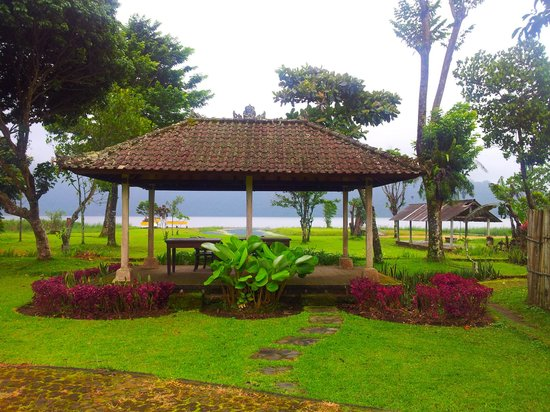 Enjung Beji Resort: seats for lake and bird watching