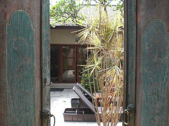 Ajanta Villas: 敷地扉を開けたところ