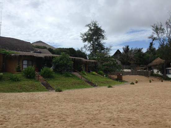 Casa na Praia Tofo: bungalows from the outside..