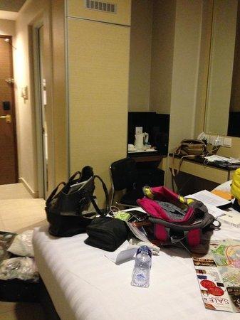 Parc Sovereign Hotel - Albert St.: Closet, counter and hallway