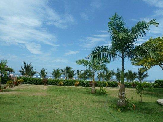 Hostal Kundalini: Patio del hostal con vista a la playa