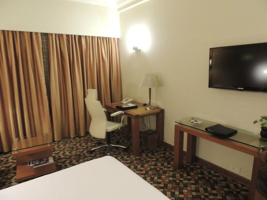 The Suryaa New Delhi : Room Desk