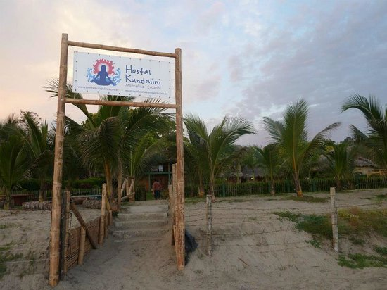 Hostal Kundalini: Entrada desde la playa