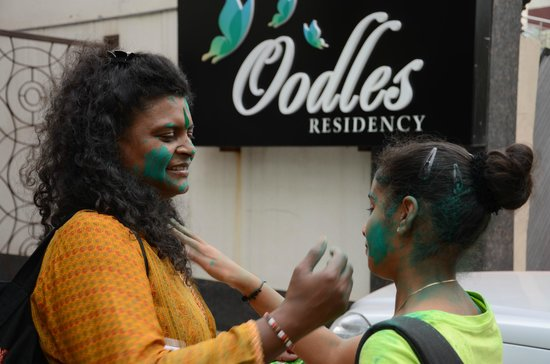 Hotel Mint Oodles: mother and daughter playing Holi - priceless