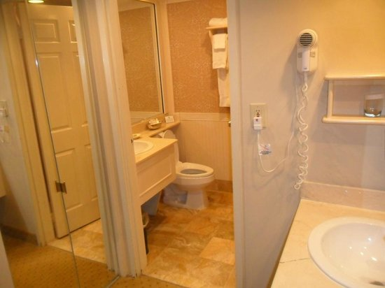 The Olde Mill Inn: Well appointed bath rooms