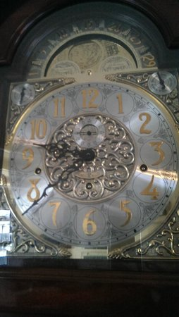 Bayside Bed and Breakfast: Took video of the grandfather clock at noon, love it!