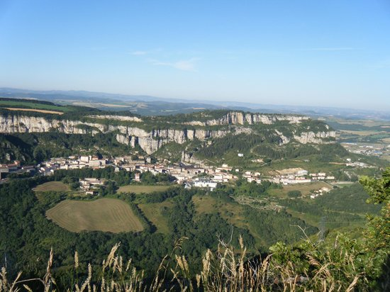 Vue sur le rocher du combalou et le village de roquefort photo de office de tourisme du pays - Office tourisme roquefort ...