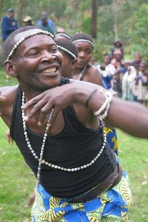 Mount Gahinga Lodge: Batwa dancer