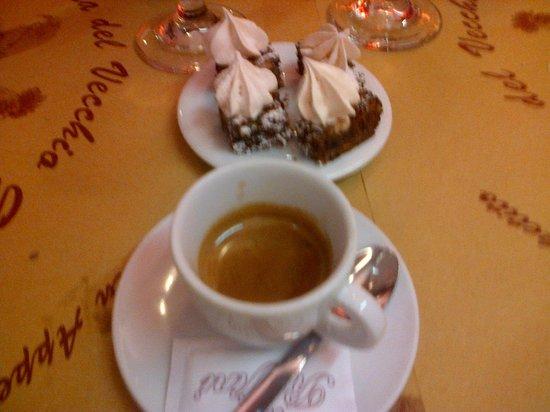 Osteria del Vecchio Gallo: coffee and little cakes