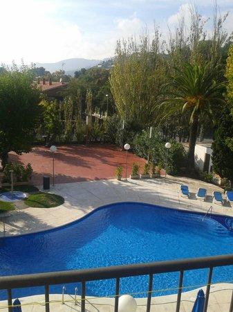 Hotel Ciudad de Castelldefels : piscina vista desde la habitacion