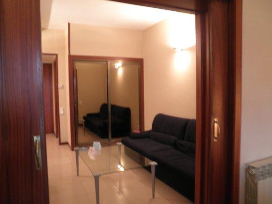 Hotel Ciudad de Castelldefels: salon de la habitacion