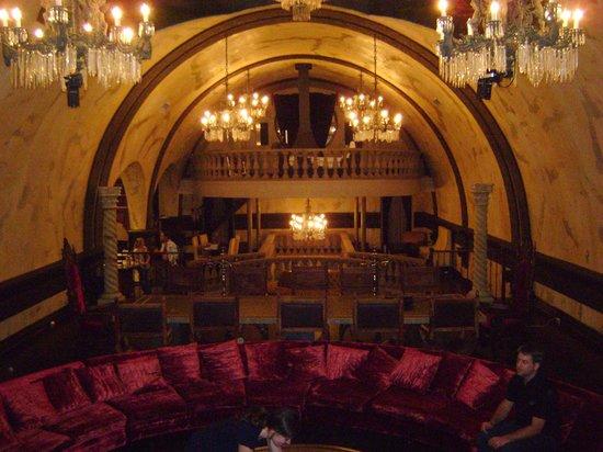 Château Vieux-Montréal : Salle à manger - Chambre en haut au fond