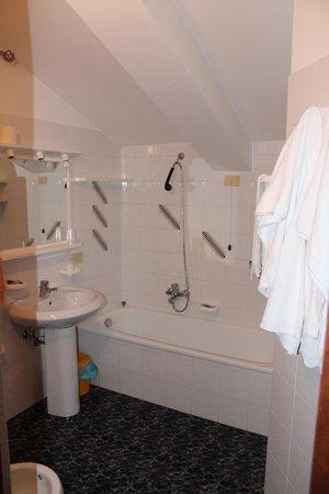 Hotel Dafne: Bagno con vasca