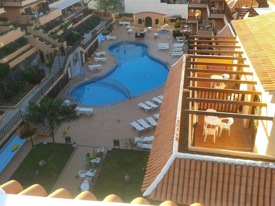 Los Alisios: We never saw the chlorine levels in the pool and slippery tiles