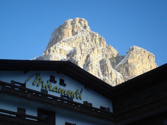 Hotel Miramonti Corvara: ...panorama uscendo la mattina!