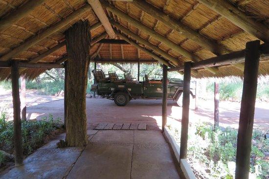 Chapungu Tented Bush Camp: Camp entrance, tour vehicle