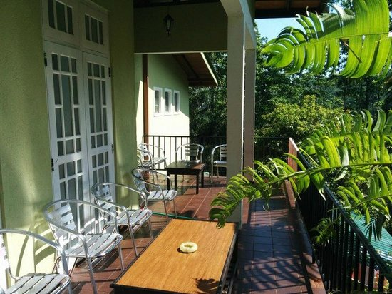 Hanthana Holiday Rooms: Pleasant communal balcony sitting area
