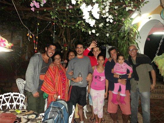 Hostel Yaquelin Arrechea: En el patio con la Familia.