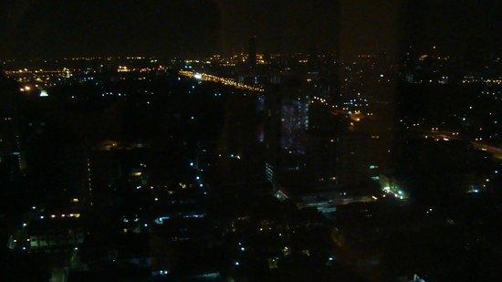 Grand Sukhumvit Hotel Bangkok: Вид на ночной Бангкок из номера