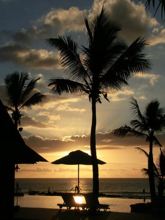 Klondike Hotel: Sonnenuntergang am Pool