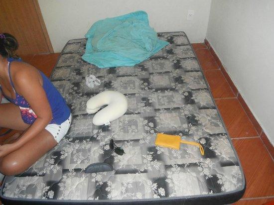 Rio Nature Adventure Hostel: colchão no chão e roupa de cama suja
