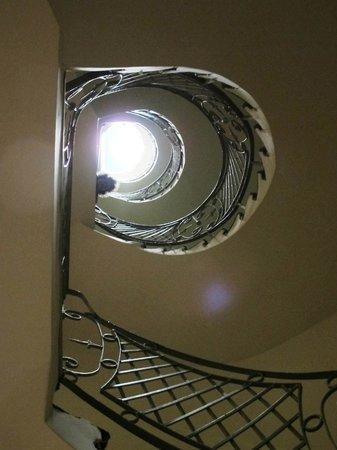 Adamar Hotel: Circular staircase