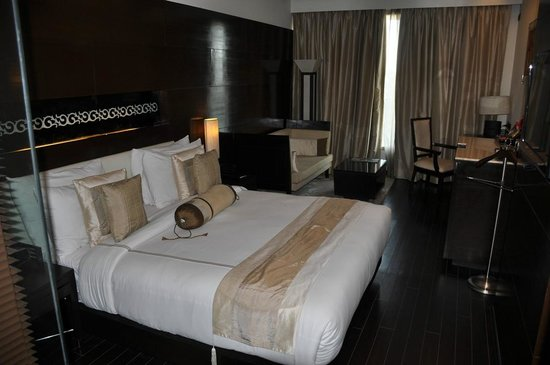 Golden Tulip Gurgaon: Bedroom, facing window/desk area