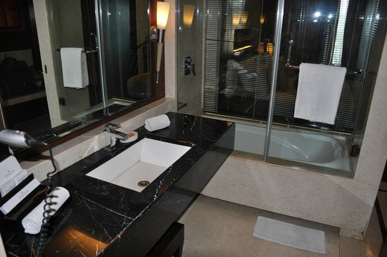 Golden Tulip Gurgaon: Bathroom, view to shower area