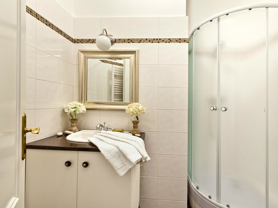 Cathedral Prague Apartments: Bathroom