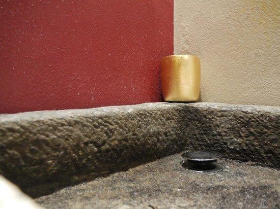 Relais Cattedrale: lavandino in pietra, camera Paprika