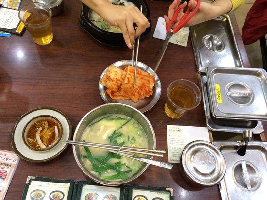 Sinseon Seolleongtang Myeongdong: カクテキが大きい